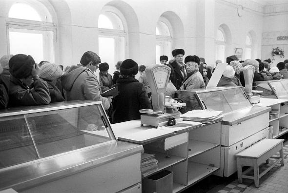 Только консервы с килькой: в сети показали суровый Новый год в СССР