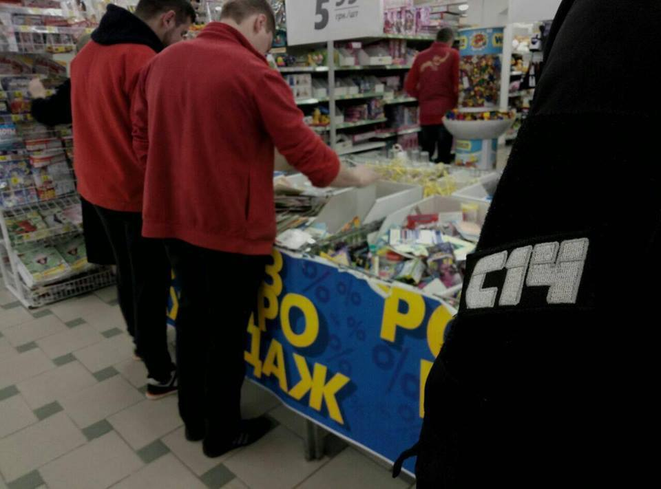 """С триколором и """"колорадкой"""": в Днепре супермаркет """"поздравлял"""" всех с 23 февраля"""