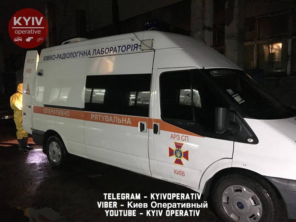 У Києві спалахнула велика пожежа на складі: опубліковані фото і відео