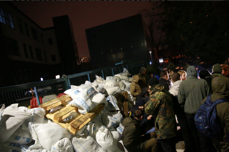 В Киеве люди в балаклавах заблокировали телеканал Мураева: все подробности