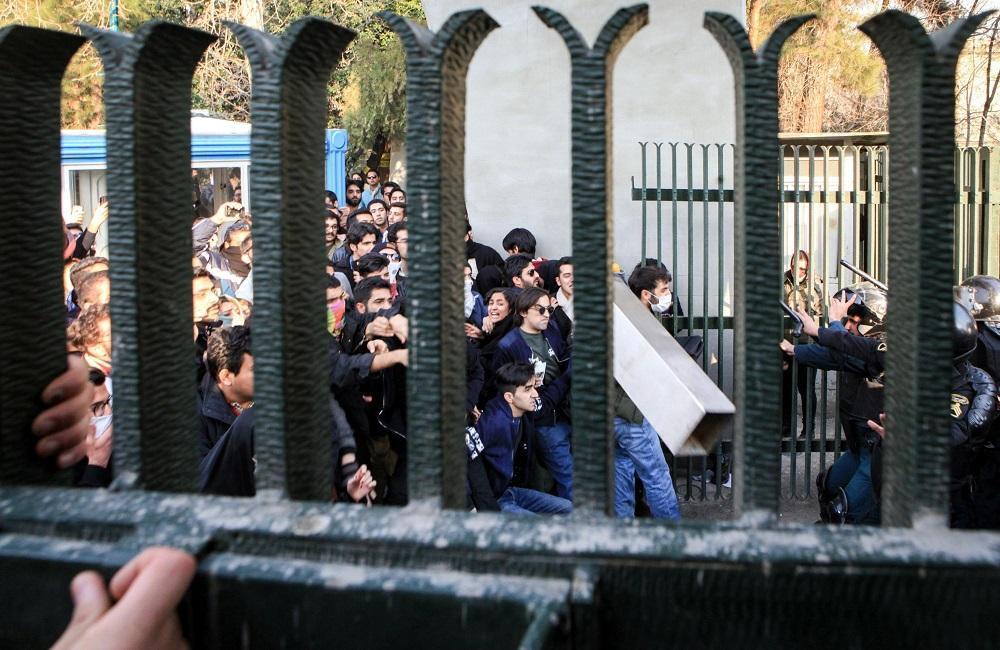 Массовые протесты в Иране: появились первые жертвы