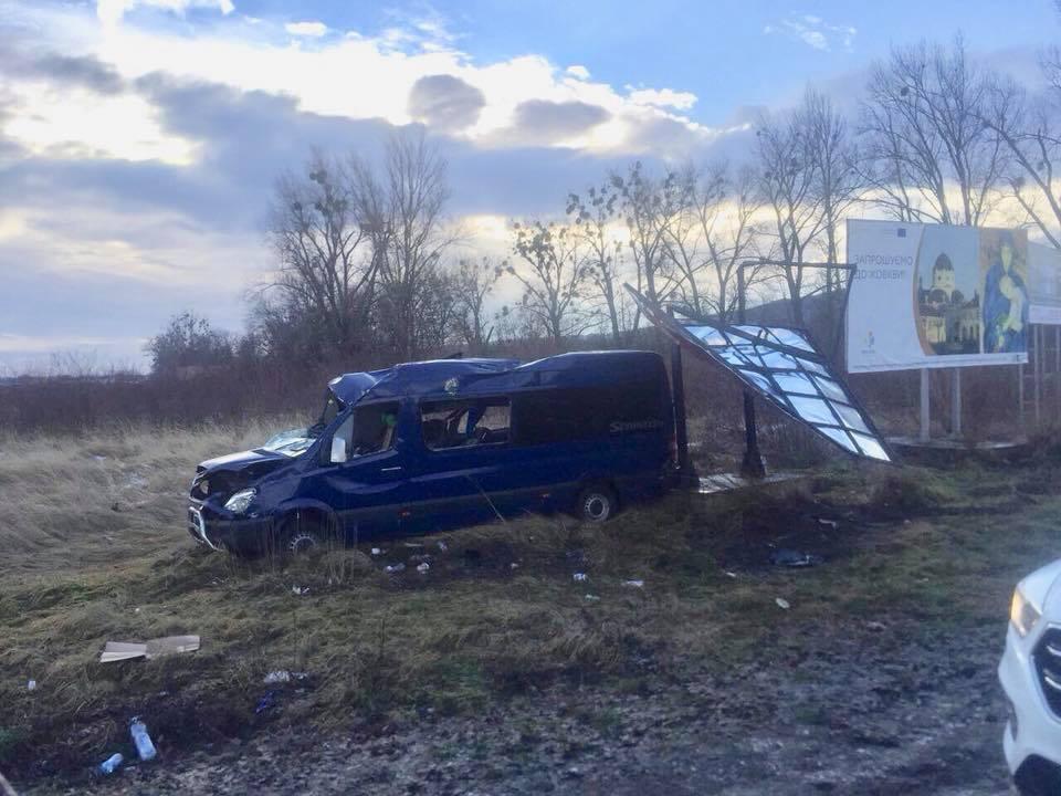 Кровавое ДТП на Львовщине: микроавтобус с людьми вылетел с дороги