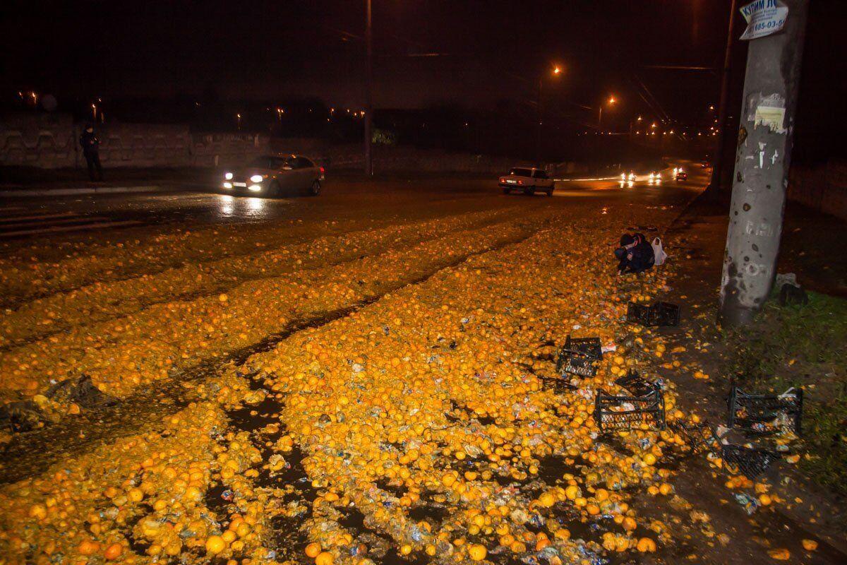 Дорогу засипало мандаринами