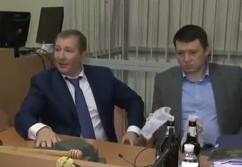 """""""Коктейли Молотова"""" и биты: адвокат Януковича принес в суд """"доказательства переворота"""""""