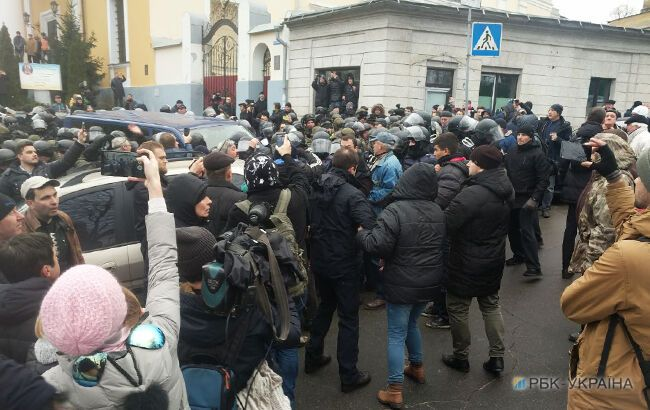 Пытаются строить баррикаду: авто с Саакашвили заблокировали в центре Киева