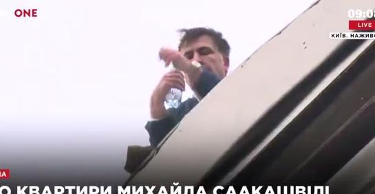 Обыски у Саакашвили: политик появился на крыше дома