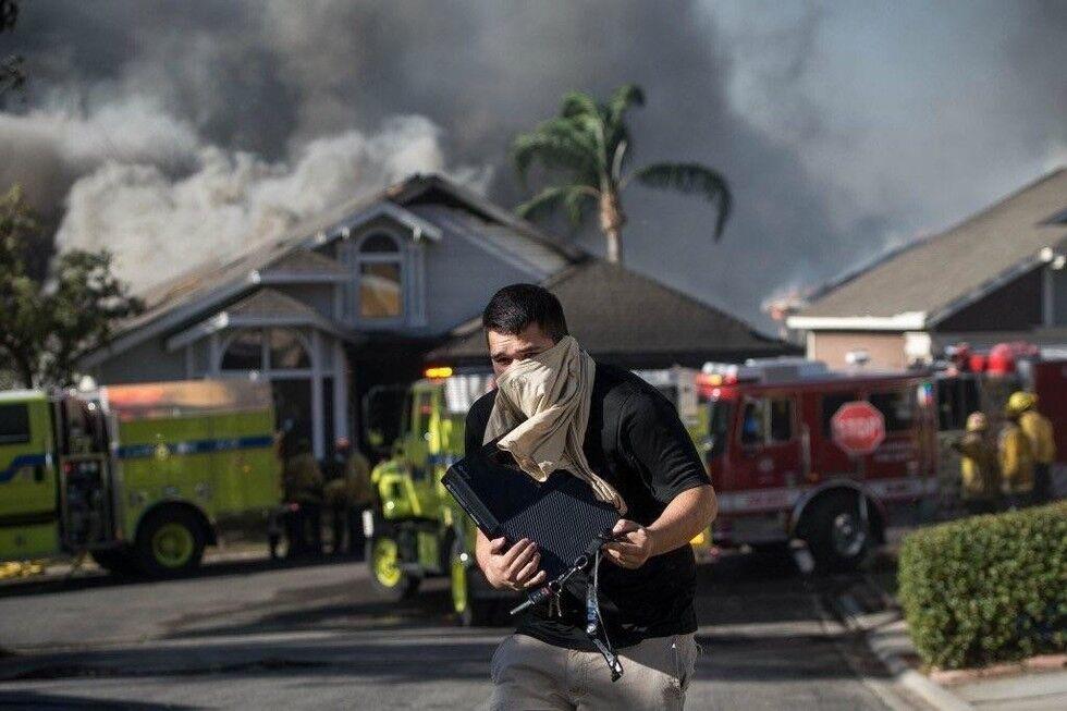 """""""Абсурдное"""" фото со спасателем игровой приставки из пожара стало хитом сети"""