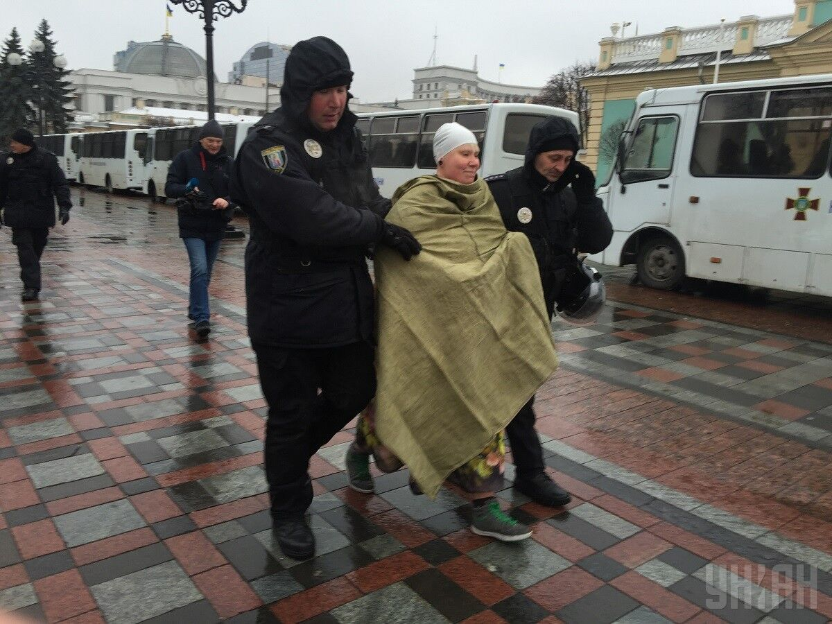 Femen устроили голую акцию в палаточном городке Саакашвили