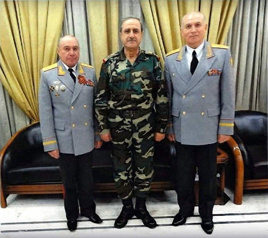 Генерал-полковник Ткачов (ліворуч) і міністр оборони Сирії Дауд Раджа (у центрі)
