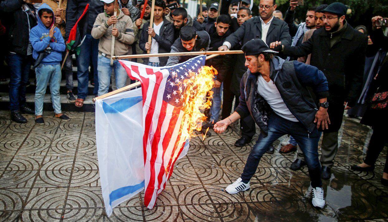 Палестинцы сжигают флаги США и Израиля, сектор Газа