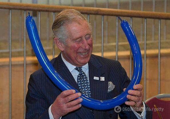 Совсем отчаялся: загадочный принц Чарльз с короной из шариков позабавил соцсети