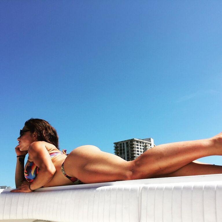 Известную фитнес-модель высмеяли за странное голое селфи