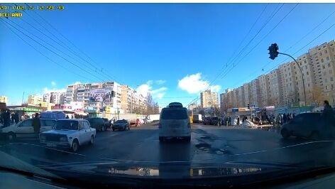 """""""Скоро на грузовике не проедешь"""": киевлянин шокировал соцсети видео с разбитой дорогой"""