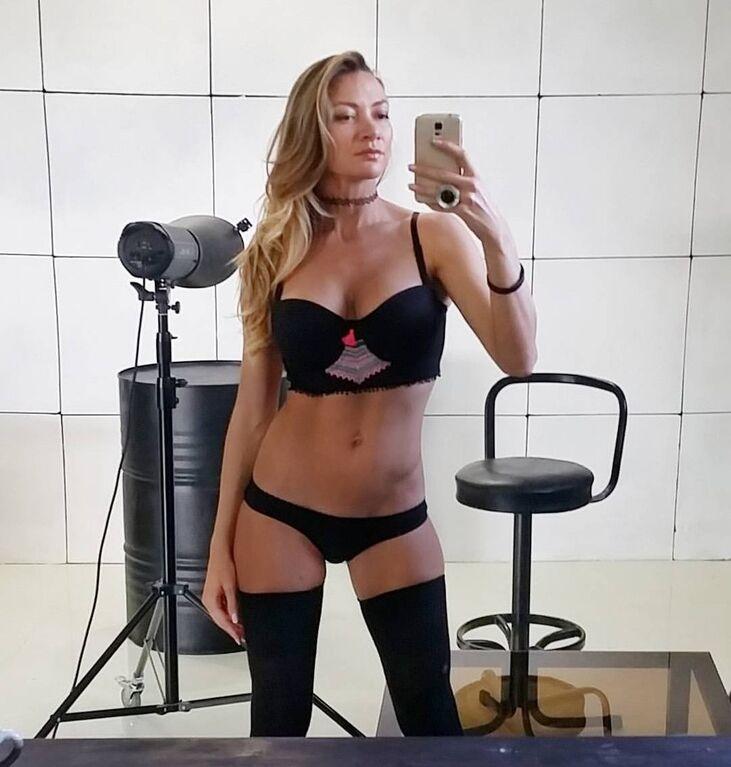 Популярну російську фітнес-модель загнобити за дивне голе фото з тренування