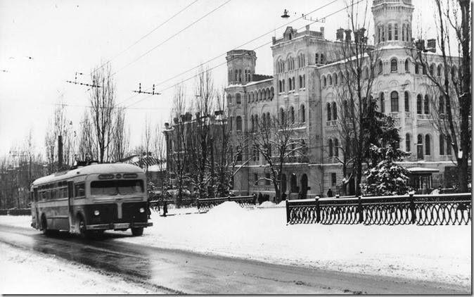 В соцсети появились старинные фото заснеженных улиц Киева