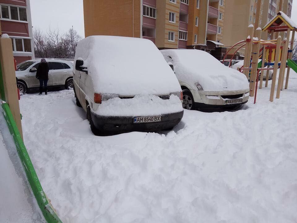 В Киеве заметили тандем автохамов возле детской горки