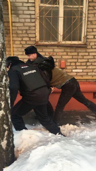 Прыгал со 2-го этажа: в России ФСБшники распилили дверь и похитили оппозиционера Гальперина