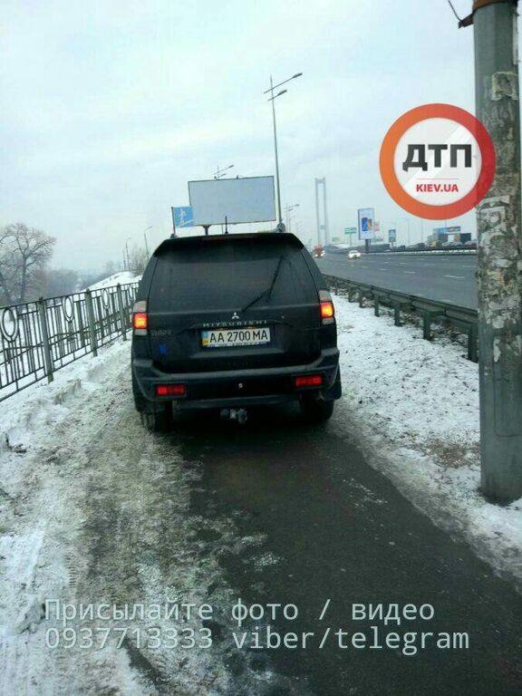 В соцсети показали киевских автохамов, которые объезжали пробку по тротуару