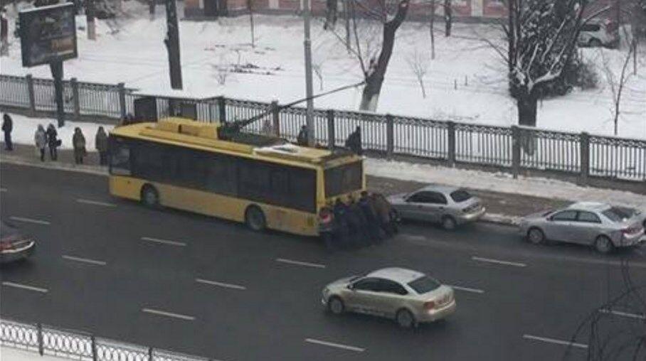"""В Киеве пассажиры """"отбуксировали"""" троллейбус"""