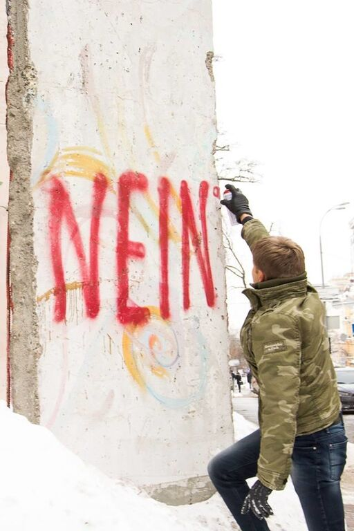 Акция протеста: нардеп разрисовал фрагмент Берлинской стены в Киеве
