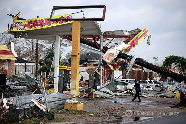 Летали дома, вырывались столбы: появились жуткие фото и видео разрушительного торнадо в США