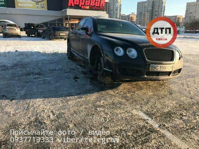 Соцсети рассмешило фото Bentley без колеса возле киевского ТЦ
