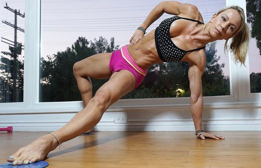 Знаменитая фитнес-тренер очаровала Instagram безупречным телом