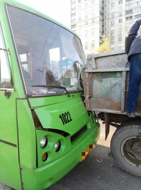 Отказали тормоза: в Харькове произошло жуткое ДТП с маршруткой, есть пострадавшие