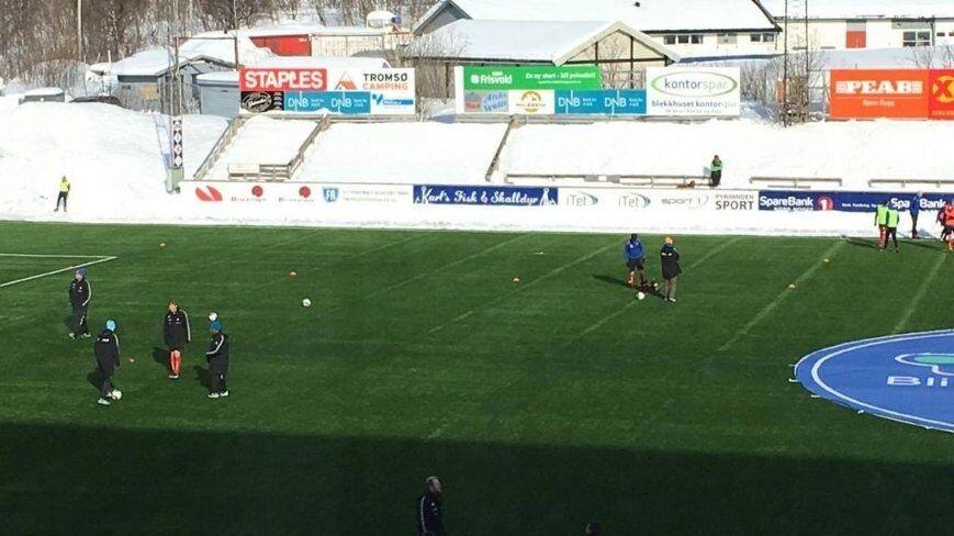 Снежная западня: в Норвегии футболистов заставили играть среди трехметровых сугробов