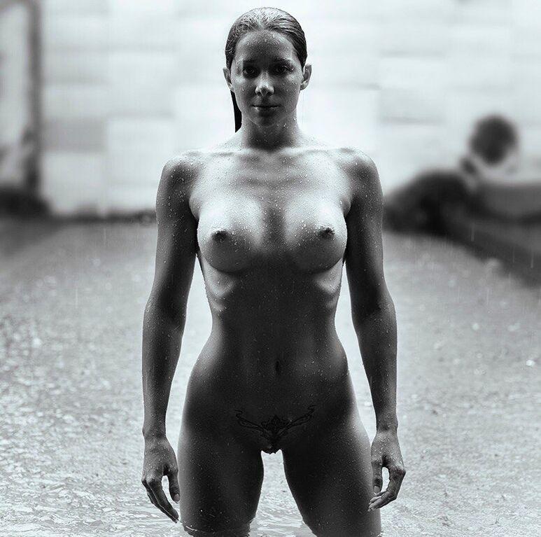 Популярна фітнес-тренер із Росії порадувала шанувальників оголеною фотосесією