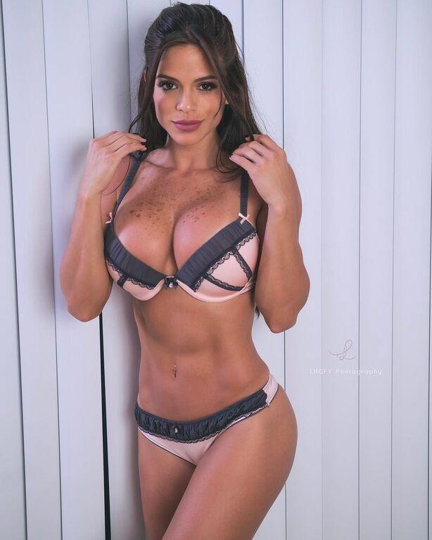 Найпопулярніша в світі фітнес-модель покрасувалась ідеальним тілом