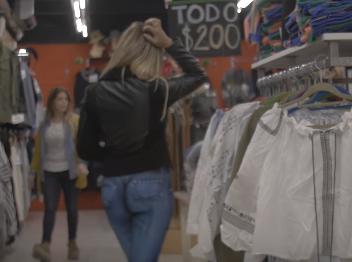 Ніхто не помітив: в Уругваї модель прогулялася по місту без штанів