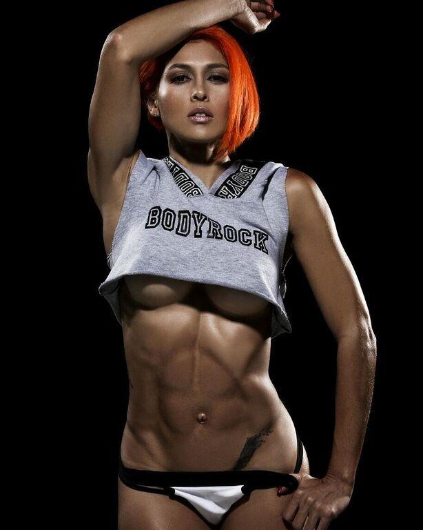 Популярная фитнес-модель засветилась в голом виде в эротическом веб-чате