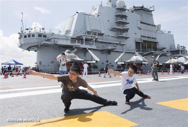 С 8 по 9 июля находящийся в Гонконге первый китайский авианосец Ляонин был открыт для свободного посещения