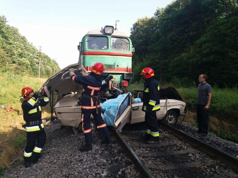 Поезд раздавил автомобиль с семьей: топ ДТП в Украине за сутки