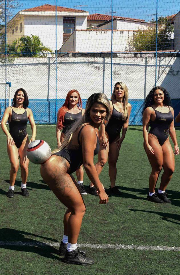 Сексуальные модели с аппетитными формами устроили жаркую фотосессию на футбольном поле