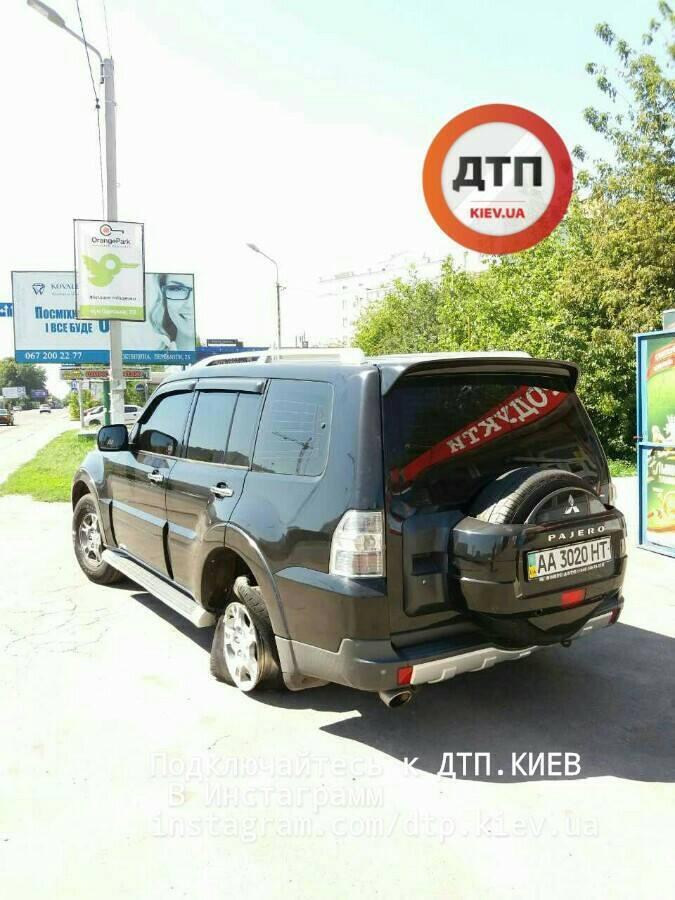 В метре от коляски: на Киевщине водитель под наркотиками снес 30 метров ограждения