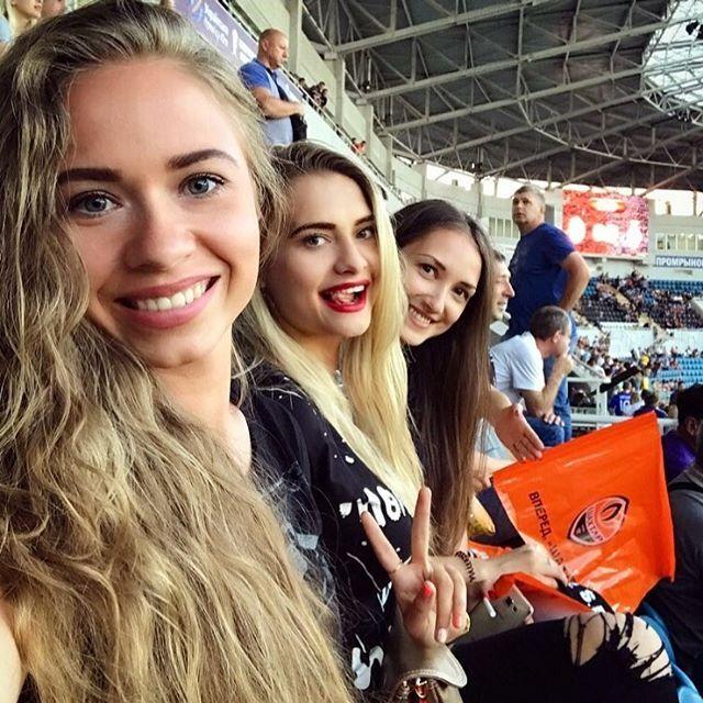 """""""Огромные """"харизмы"""". Сестра украинского футболиста впечатлила сеть своей внешностью"""