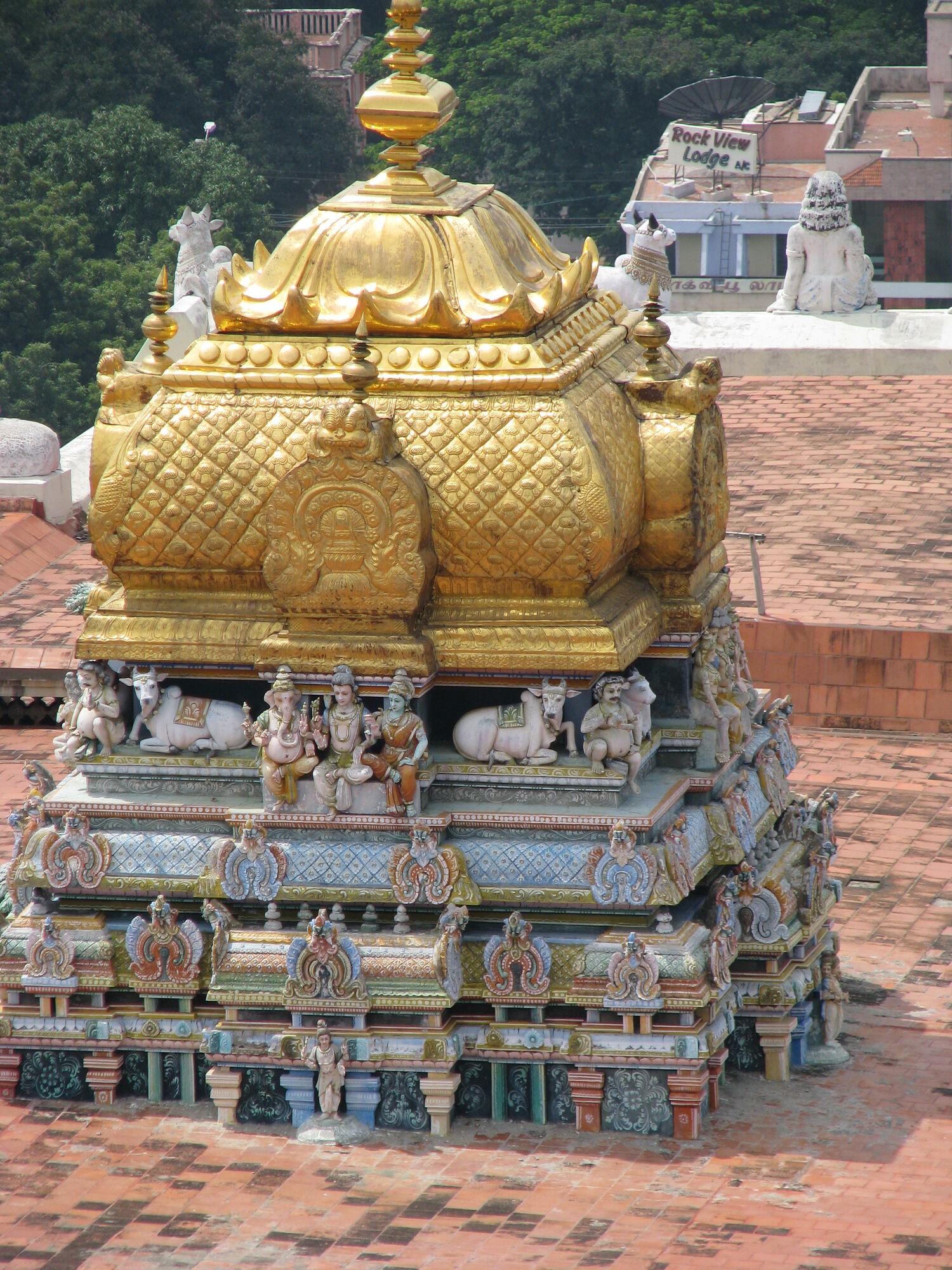 Индуистский храм. Синие и голубые тона в стенах, золотой купол. Юг Индии