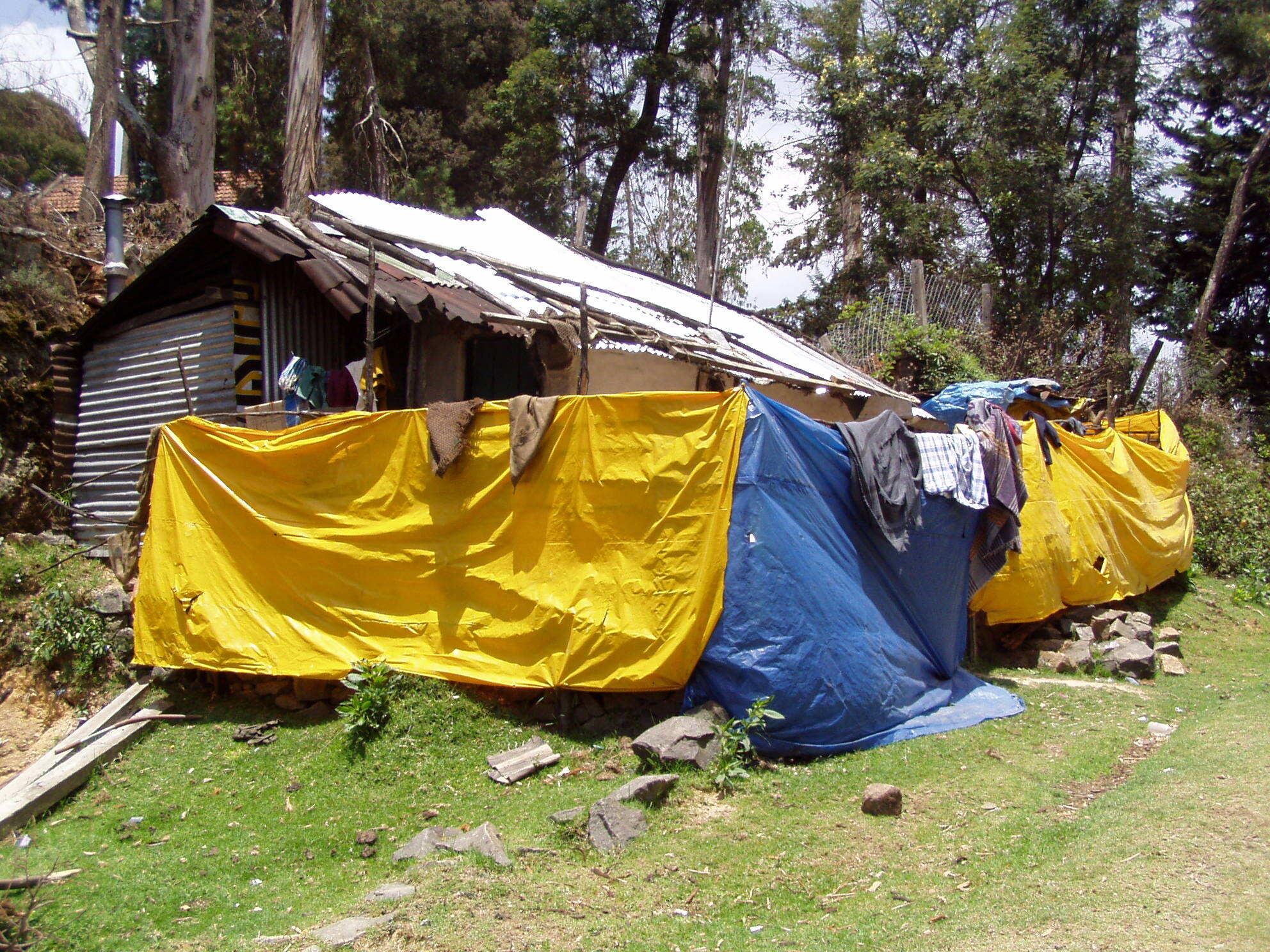 Забор вокруг дома, обтянутый плёнкой синего и желтого цветов. Окрестности Бангалора. Подобных заборов вы в Индии найдете тысячи!