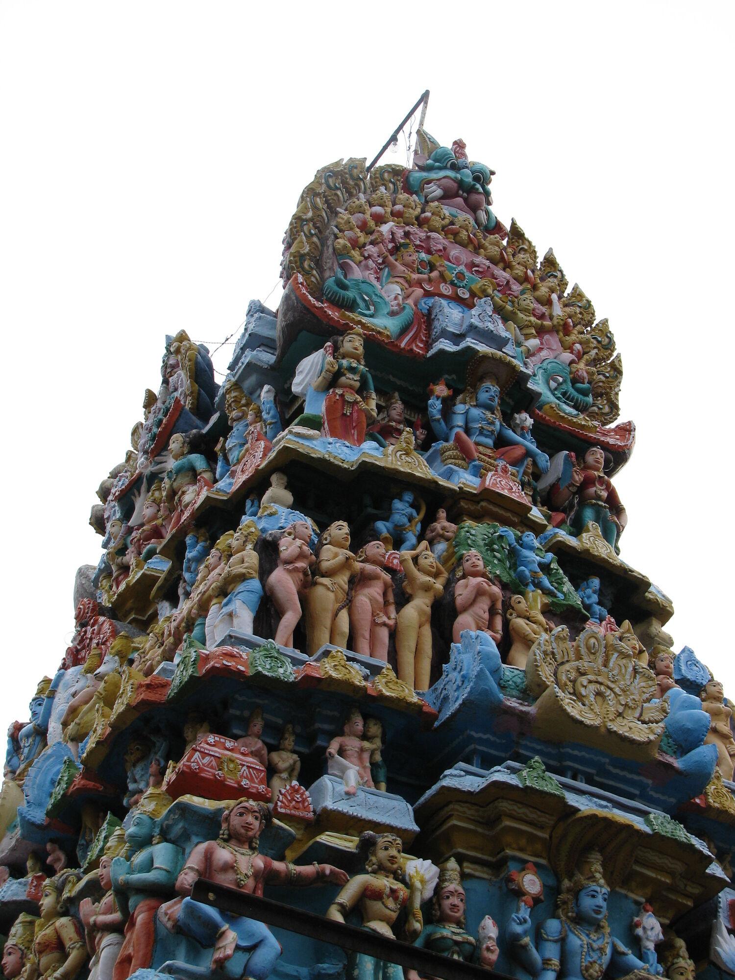 Боги на другом древнем храме также расцвечены преимущественно в желтые и синие цвета