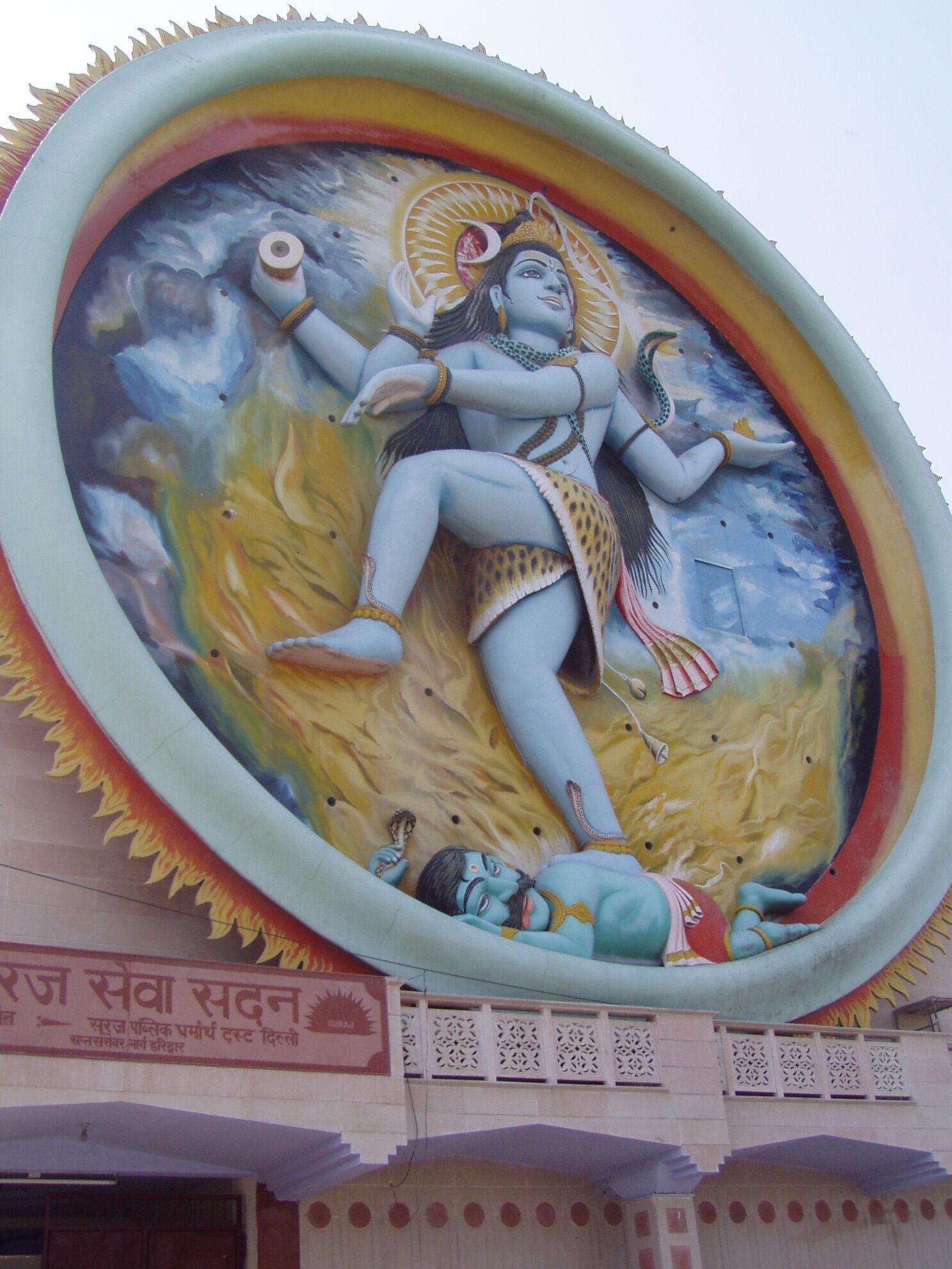 Северная Индия, Харидвар. Синий Шива в синем небе танцует на фоне желтого огня