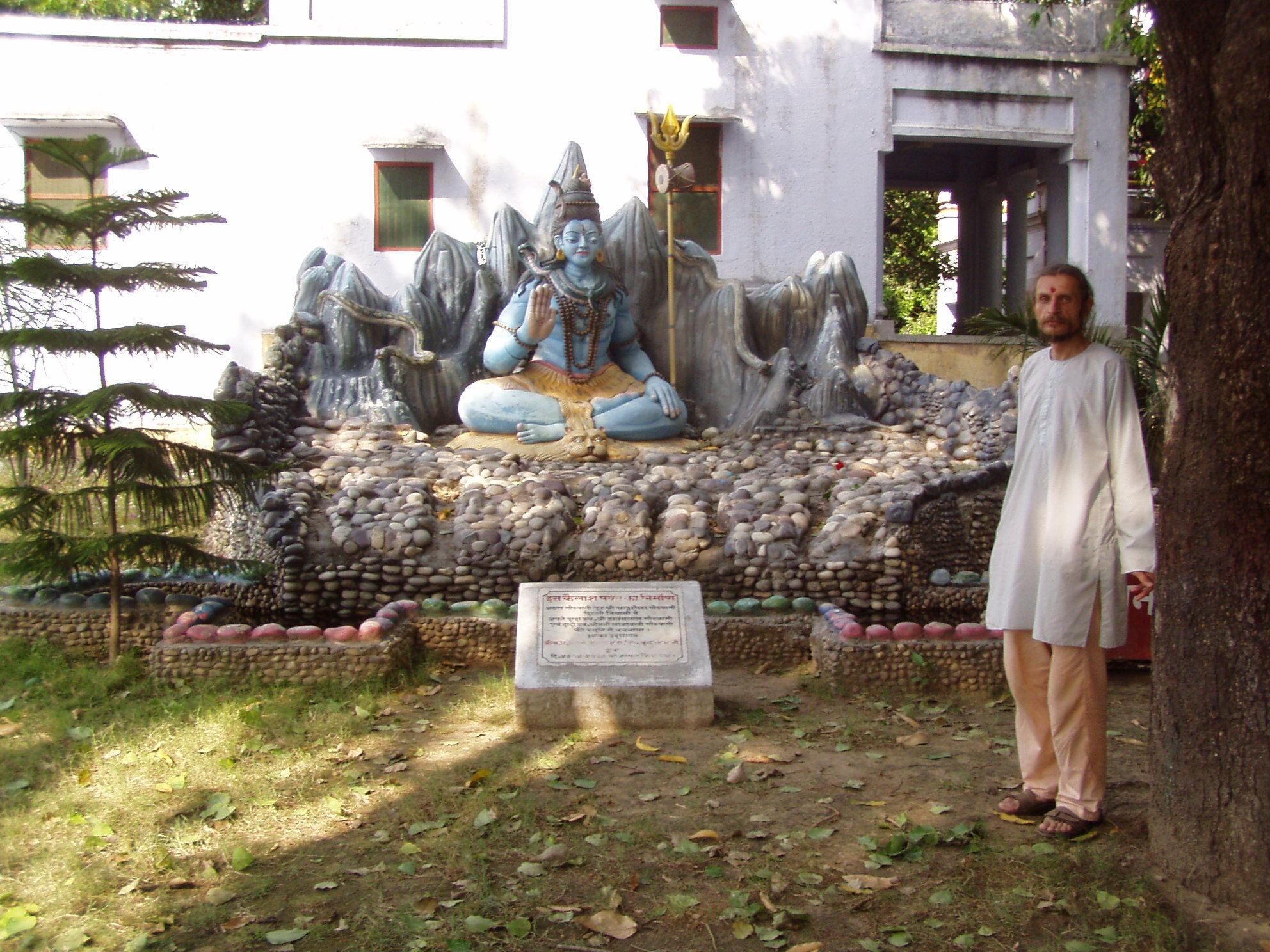 Древнейший Ашрам, Ашрам Семи Риши (Мудрецов). Синий Шива на фоне синих гор одет в желтую одежду и держит желтый трезубец