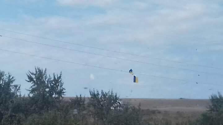 ВКоктебеле вывесили флаг Украины ижелто-голубые шарики