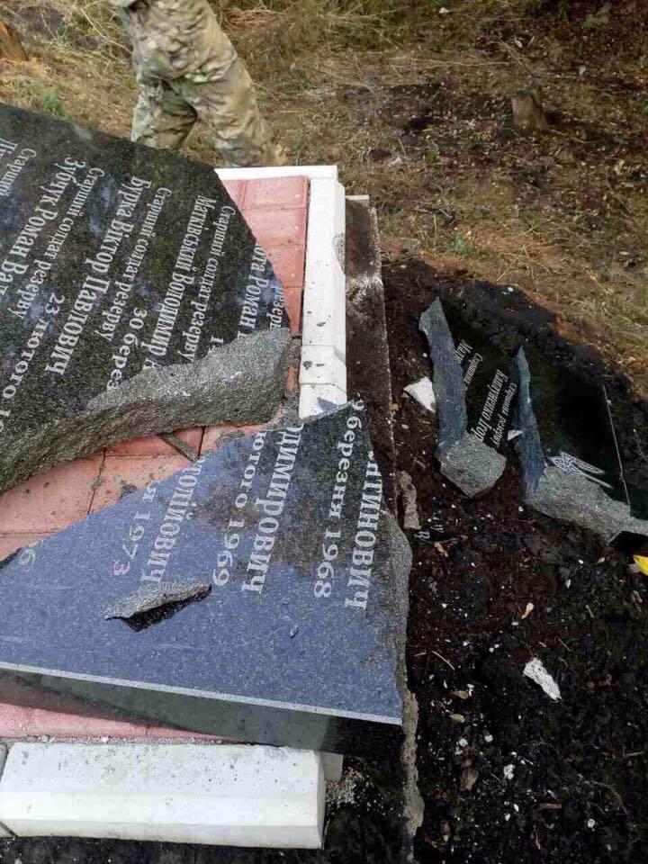 Вандалы на Донетчине повредили памятник воинам 24 бригады ВСУ - Цензор.НЕТ 189