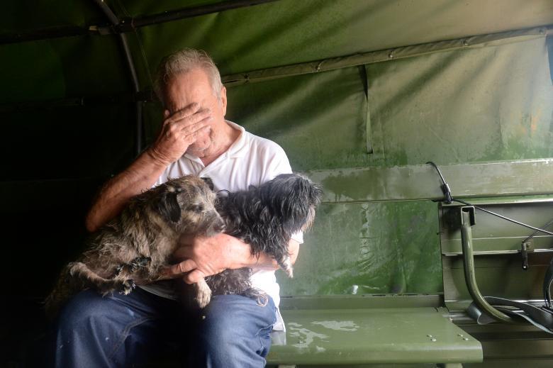 Врятований Національною гвардією США чоловік тримає своїх двох собак
