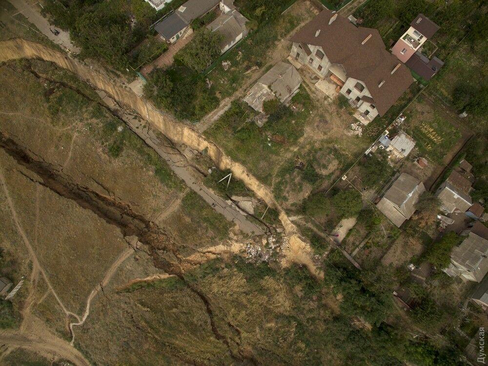 Смело столбы и дорогу: под Одессой сошел мощный оползень