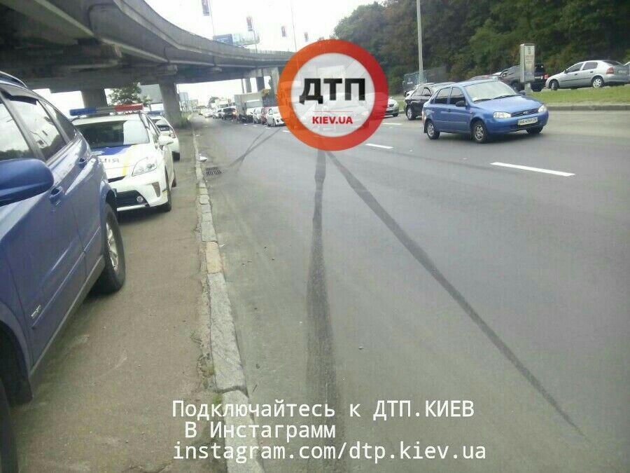 Масштабное ДТП вКиеве: столкнулись шесть авто