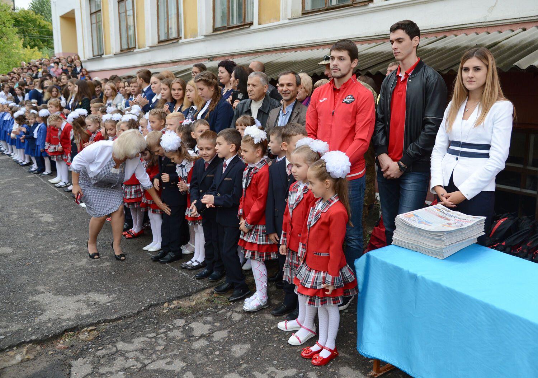 Первоклассники Донецкой области получили рюкзаки исладости отФонда Бориса Колесникова