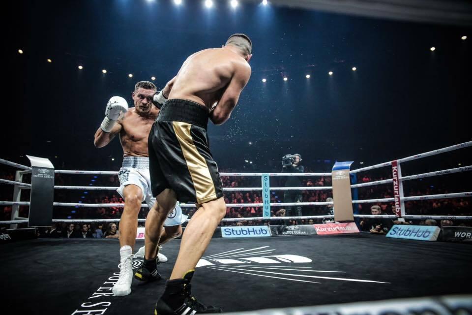Усик нокаутував Хука в чвертьфіналі Всесвітньої суперсерії боксу